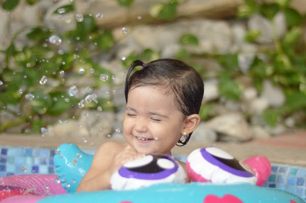 fallingforivi_waterdrops_smilingatthepool